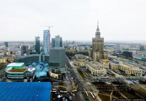 Зліва видно засклений дах торгового центру «Zlote tarasy» («Золоті тераси»):